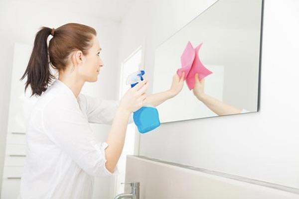Cách lau gương sạch bong cực kỳ đơn giản