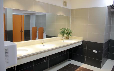 Tầm quan trọng của việc giữ sạch nhà vệ sinh tòa nhà